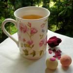 Sencha Vanille-Rose in der Tasse mit Rose-Champagner-Trüffel