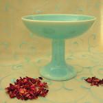 Räucherschale und getrocknete Rosenblütenblätter