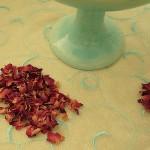 Getrocknete, naturbelassene, duftende Rosenblütenblätter