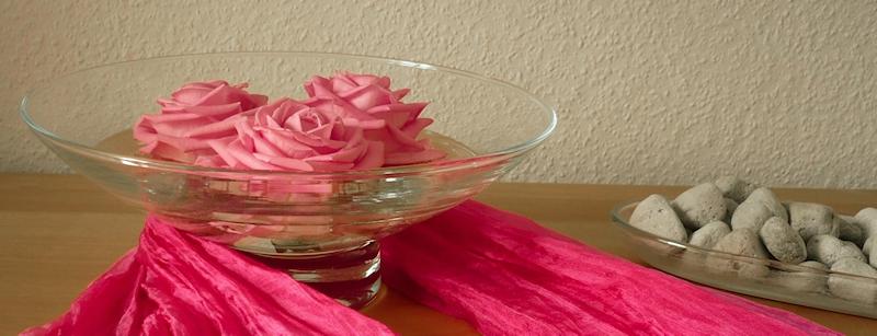 3 Rosenblüten in einer Wasserschale