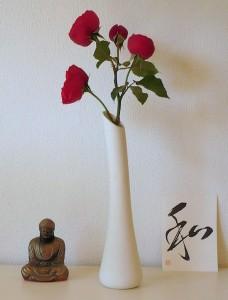 roter_rosenzweig_in-vase_mit_buddha