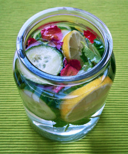 Infused Water mit Gurken, Zitronen und Rosenblütenblättern