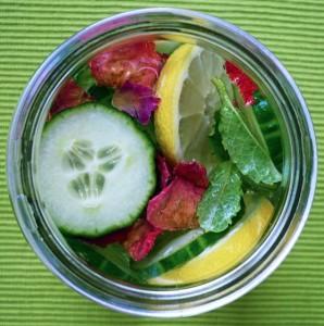 Detoxwasser mit Gurken, Zitronen und Rosenblütenblättern