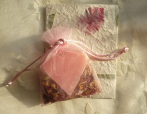 rosenseife-im-organzabeutel-mit-rosenbluetenblaettern