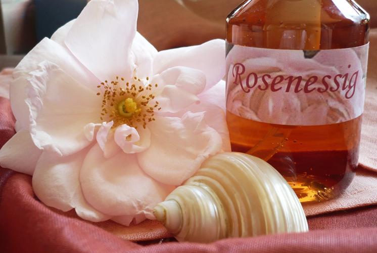 Rosenessig zur Hautpflege